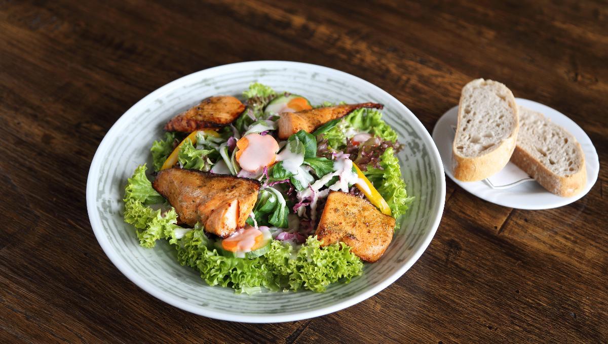 Großer Salatteller des Hauses | Weißbrot
