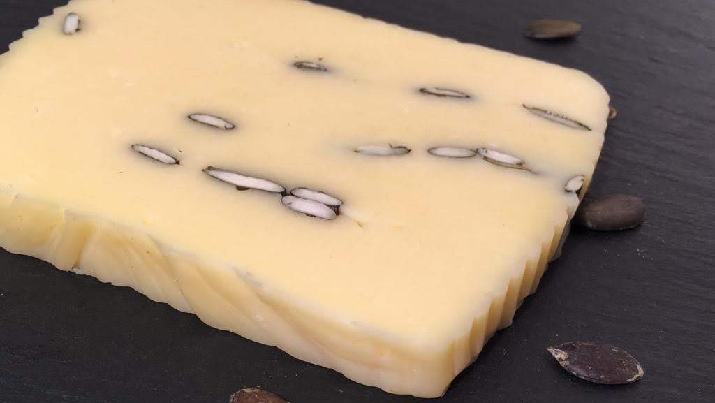 Butterkäse mit Kürbiskernen