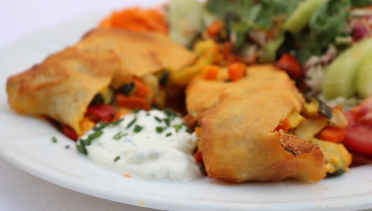 Gemüsestrudel mit Joghurtsauce, dazu Salatgarnitur
