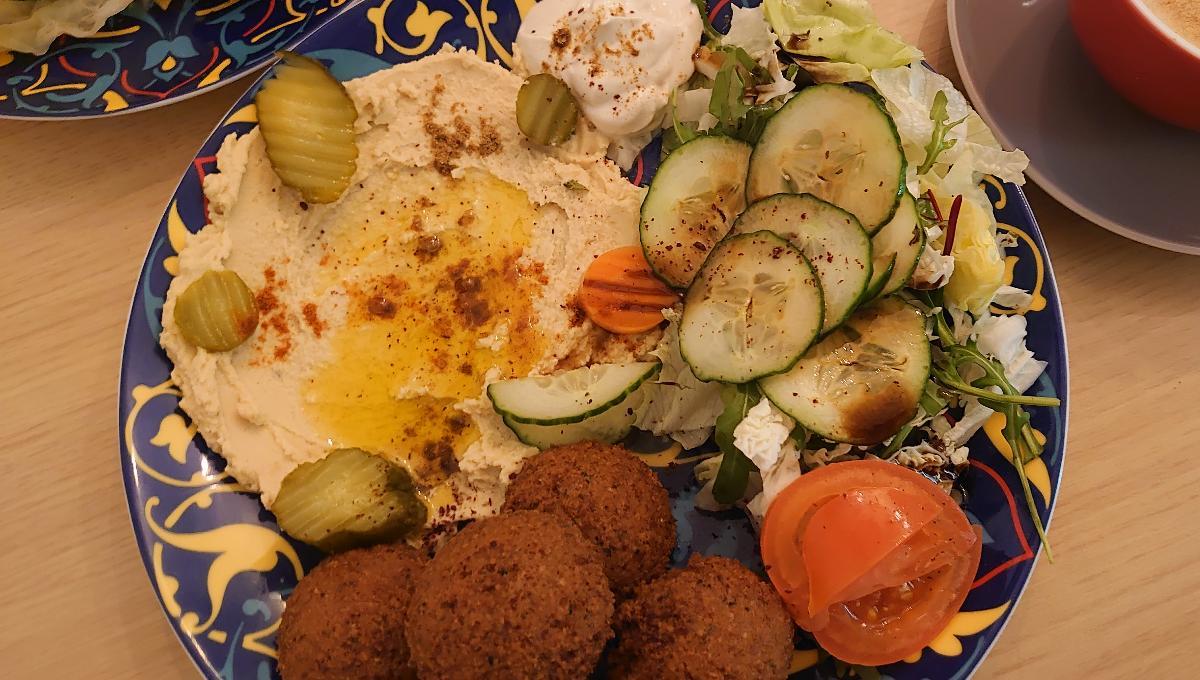 Hausgemachte Falafel mit Hummus, Muhammara, Salat und Fladenbrot