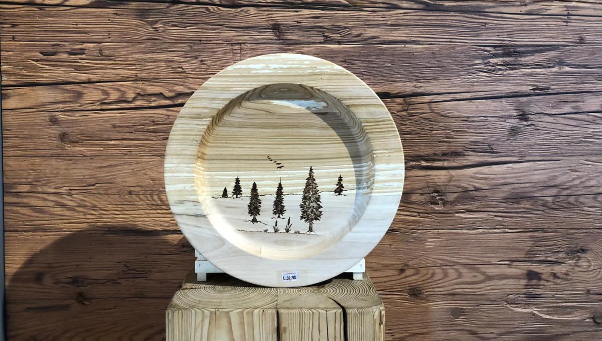 handgefertigte Holzteller mit Naturmotiv
