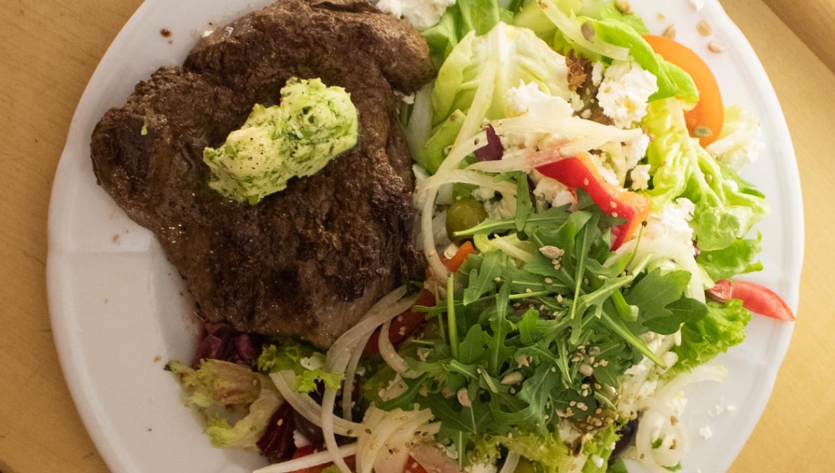 Rinderfilet mit griechischer Salatgarnitur