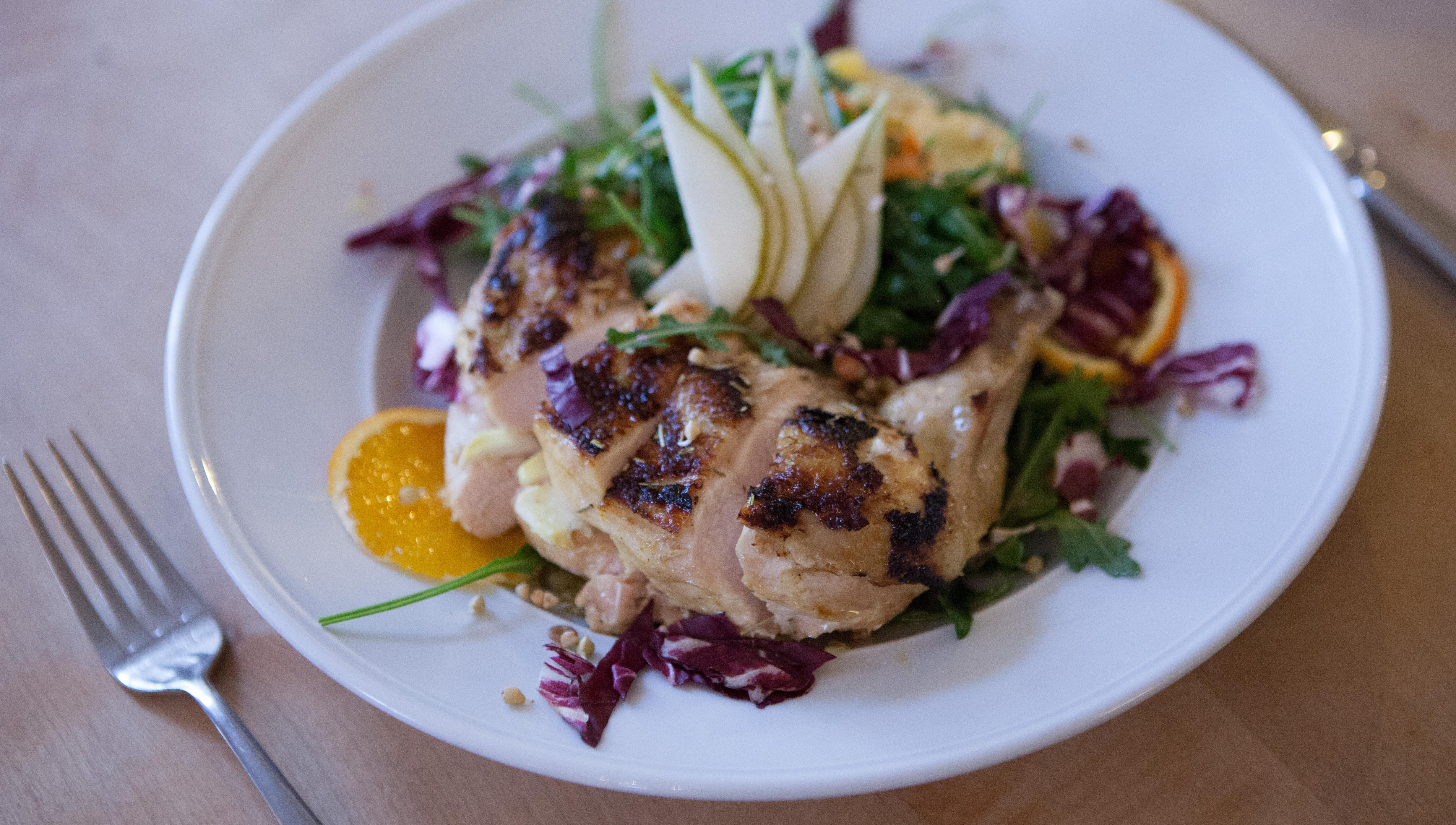 Hähnchenkeule auf Salaten der Saison