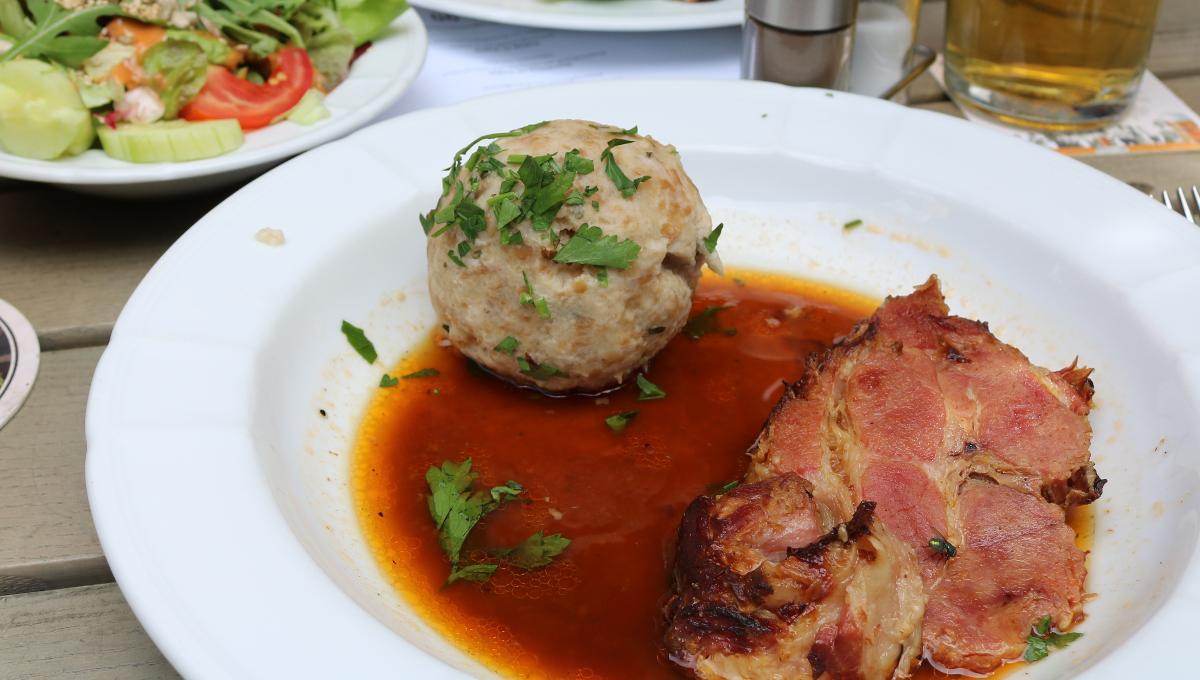 Schweinebraten mit Semmelknödel und Salat